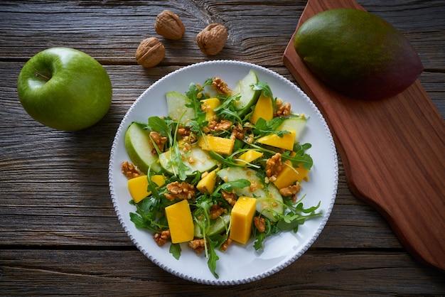 Zdrowa sałatka z rukoli mango i jabłka