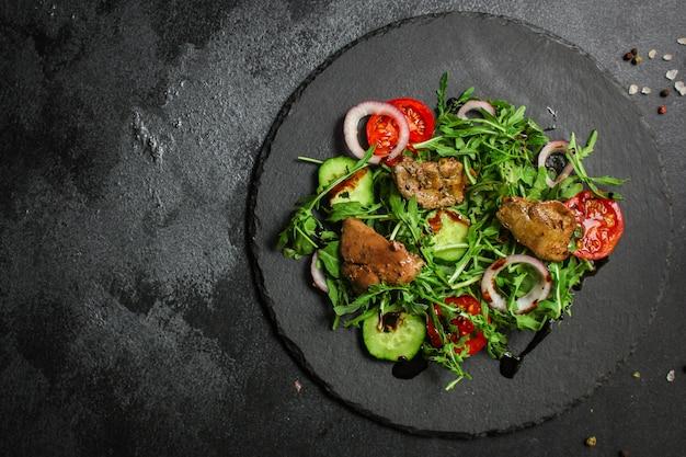 Zdrowa sałatka z wątróbką (smaczna przystawka) menu jedzenie widok z góry