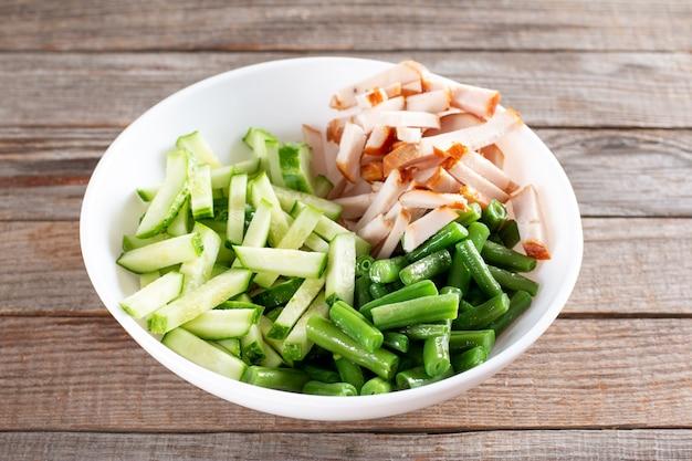 Zdrowa sałatka z zieloną fasolką, kurczakiem i ogórkiem. obfity lunch, smaczny?