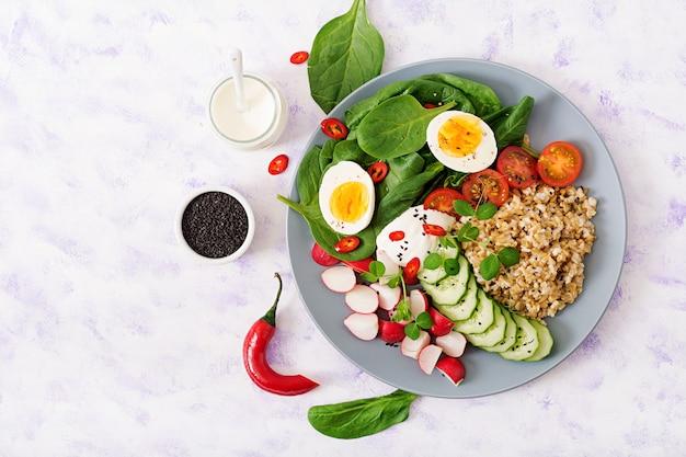 Zdrowa sałatka ze świeżych warzyw