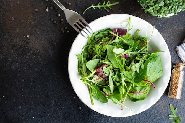 Zdrowa sałatka zielona świeża sałata boćwina liście rukola szpinak góra lodowa mix sałat rzymskich