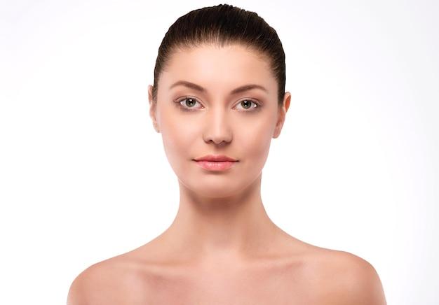 Zdrowa skóra bardzo naturalnej kobiety