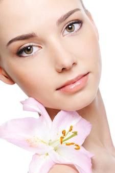 Zdrowa skóra młodej kobiecej twarzy - na białym tle
