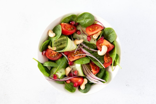 Zdrowa wegańska miska na lunch z sałatką