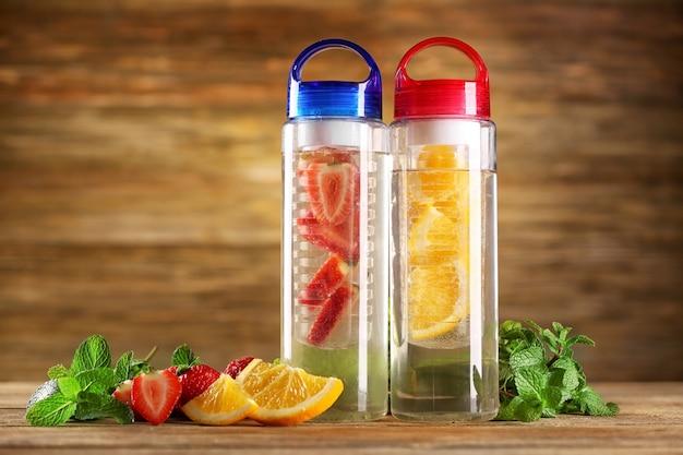 Zdrowa woda detoksykująca z owocami na stole