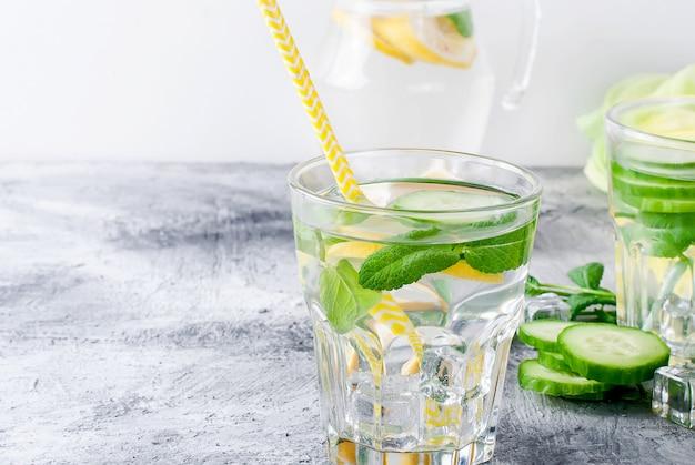 Zdrowa woda z cytrusowych sassi z cytryną i ogórkiem