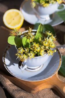 Zdrowa ziołowa herbata lipowa. lekarstwo na przeziębienie