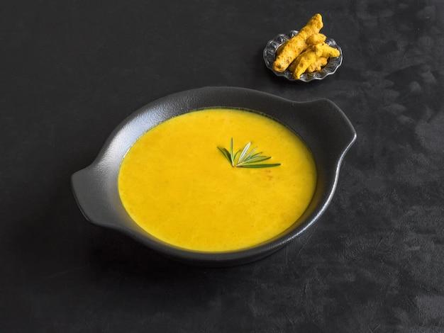 Zdrowa zupa krem kurkuma na czarno