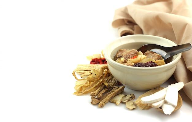 Zdrowa zupa z wieprzowiną i przyprawami