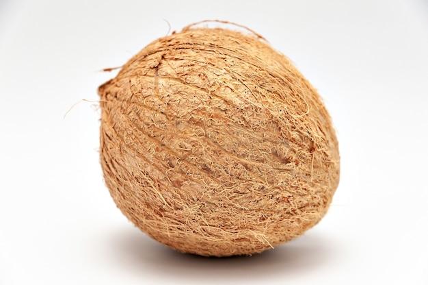 Zdrowa żywność - cały orzech kokosowy w zbliżeniu. pojedynczo na białym tle. poziome ujęcie.
