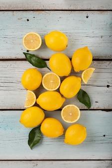 Zdrowa żywność cytryny źródło witaminy c, wiele cytryn na niebieskim drewnianym