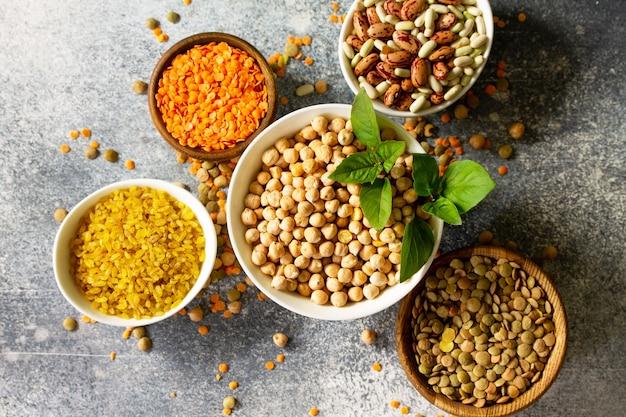 Zdrowa żywność dieta dietetyczna koncepcja odżywiania wegańskie źródło białka surowe rośliny strączkowe widok z góry płaskie ułożenie