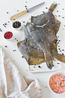 Zdrowa żywność dietetyczna - flądra, składniki do gotowania.
