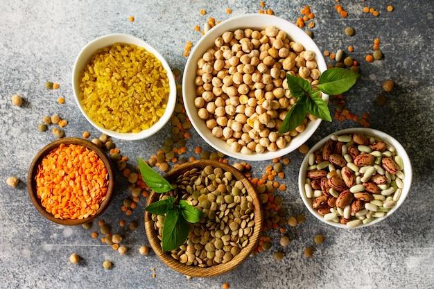 Zdrowa żywność dietetyczna koncepcja odżywiania wegańskie źródło białka surowe rośliny strączkowe widok z góry