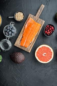 Zdrowa żywność dla fitnessu ze wzmocnieniem odporności, widok z góry z miejscem na tekst, na czarnym tle