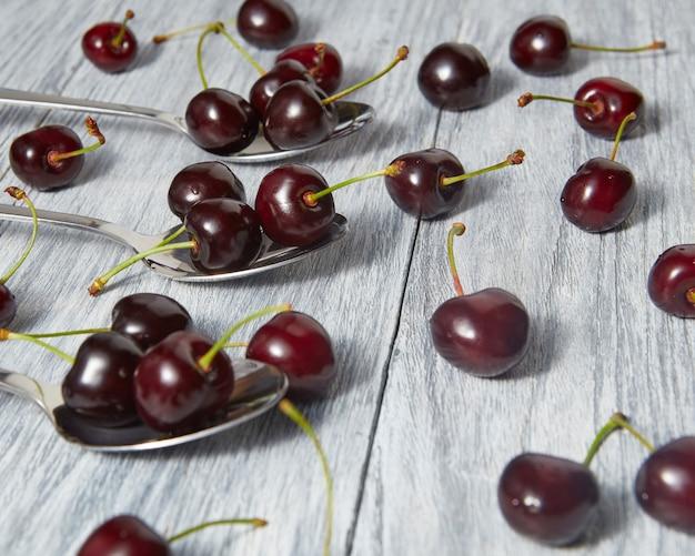 Zdrowa żywność ekologiczna - dojrzałe czerwone jagody na szarym stole. koncepcja detoksykacji wegetariańskiej.
