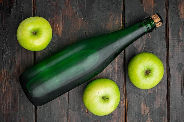 Zdrowa żywność ekologiczna. zestaw octu jabłkowego, na starym ciemnym tle drewnianego stołu, widok z góry płaski lay