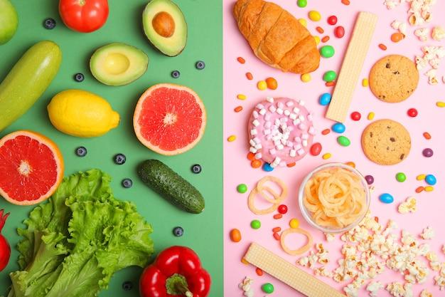 Zdrowa żywność i niezdrowa żywność na kolorowym tle zbliżenie widok z góry