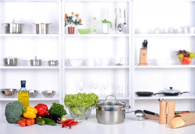 Zdrowa żywność jest na stole w kuchni.