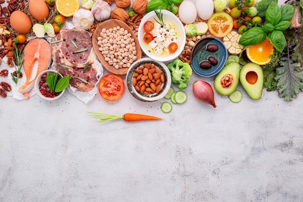 Zdrowa żywność na białym marmurowym tle