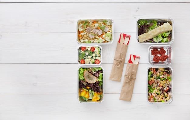 Zdrowa żywność na wynos w pudełkach widok z góry na drewno