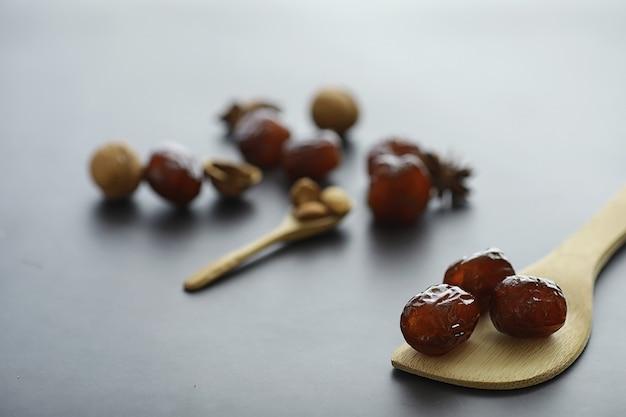 Zdrowa żywność. suszone owoce na dietę. śliwki, daktyle, rodzynki i figi. zdrowe i prawidłowe odżywianie na całe życie.