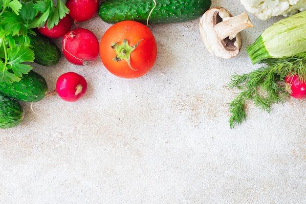 Zdrowa żywność świeże warzywa zbieraj owoce organiczne wegańskie pełnowartościowe wegańskie lub wegetariańskie jedzenie