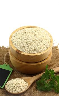 Zdrowa żywność - świeży biały sezam w drewnianej misce