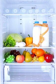 Zdrowa żywność w lodówce. pojęcie diety