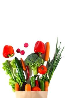 Zdrowa żywność w opakowaniu. fotografia studyjna różnych warzyw na białym tle, widok z góry. produkt o wysokiej rozdzielczości.
