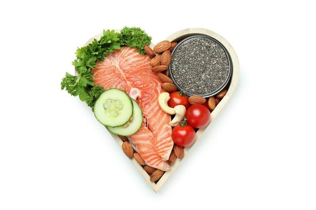 Zdrowa żywność w sercu na białym tle