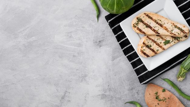 Zdrowa żywność z piersi kurczaka z grilla na betonowym stole grunge