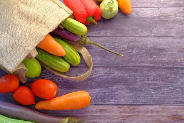 Zdrowa żywność z warzywami worek papieru wielokrotnego użytku na białym tle