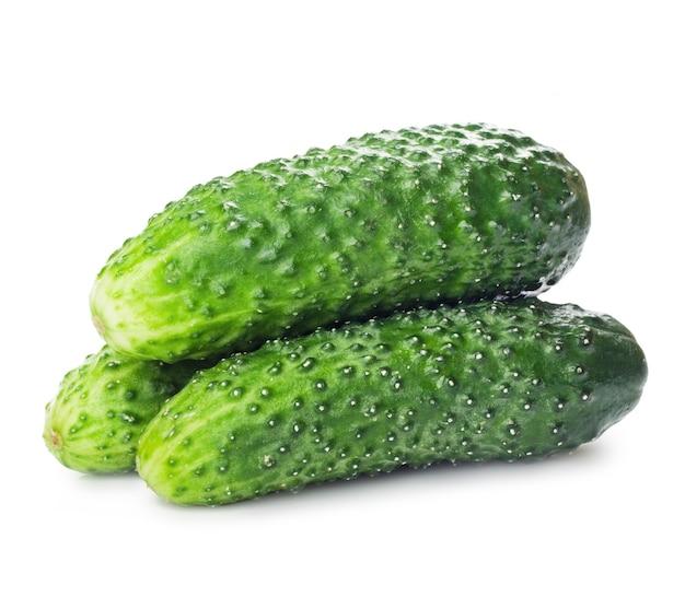 Zdrowa żywność zielone ogórki na białym tle