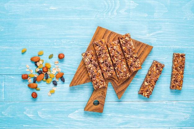 Zdrowe batoniki granola z czekoladą, batony musli z orzechami i suszonymi owocami