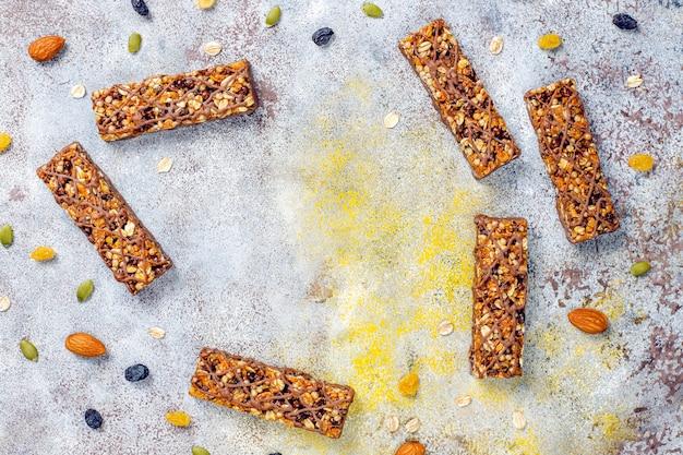 Zdrowe batoniki granola z czekoladą