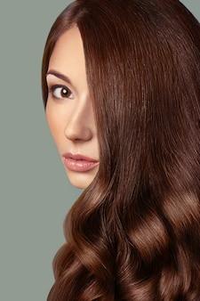 Zdrowe brązowe włosy. piękna kobieta z wspaniałe włosy. fryzura. pielęgnacja włosów.
