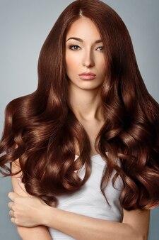 Zdrowe brązowe włosy. piękna kobieta z wspaniałe włosy. fryzura.