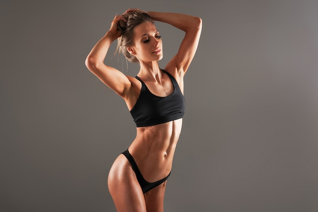 Zdrowe ciało kobiety, talia. szczupły kobiecy tors, talia, brzuch, brzuch z bliska.