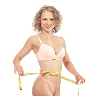 Zdrowe ciało kobiety z miara zwijana