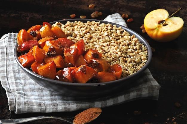 Zdrowe ciepłe zimowe śniadanie z płatkami owsianymi, jabłka z cynamonem