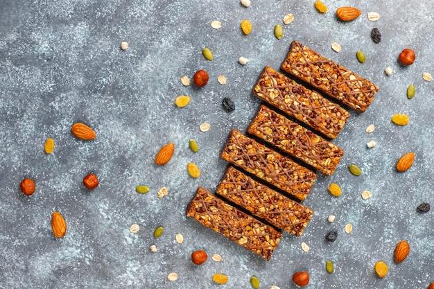 Zdrowe delicios batoniki muesli z czekoladą, batony musli z orzechami i suszonymi owocami, widok z góry