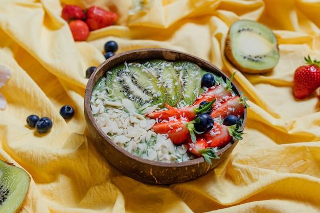 Zdrowe desery owocowe wśród kwiatów