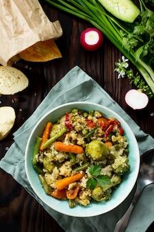 Zdrowe dietetyczne wegańskie danie kuskus i warzywa fasolka szparagowa brukselka marchewka