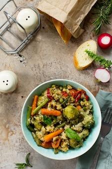 Zdrowe dietetyczne wegańskie danie z kuskusem i warzywami fasola szparagowa brus