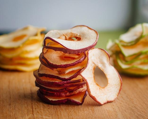 Zdrowe domowe deser suszone plasterki jabłka na powierzchni drewnianych. widok z góry, płaski układ.