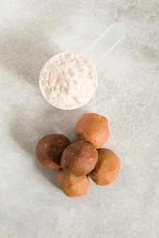 Zdrowe energetyczne kulki surowego białka na jasnoszarym stole fitness desery przekąski