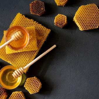 Zdrowe gęste miód zanurzenie z drewnianą łyżką miodu, produkty pszczele według koncepcji ekologicznych naturalnych składników.