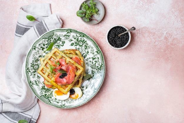 Zdrowe i bezglutenowe gofry z cukinią z łososiem i jajkiem