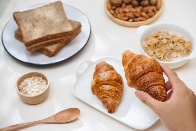 Zdrowe i kolorowe śniadanie - gofry, babeczki, migdały, orzechy laskowe, różne świeże owoce na stole. pojęcie zdrowej żywności. widok z góry.